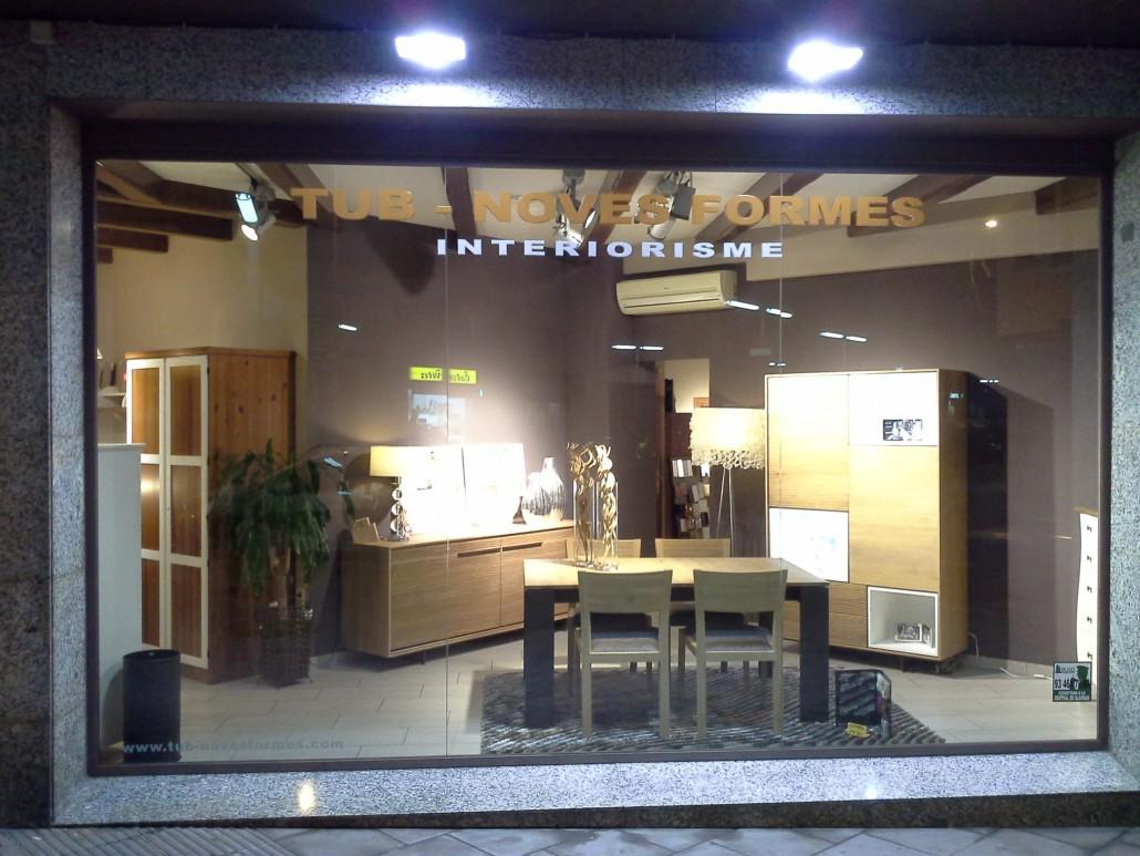 Imatge de l'aparador de la botiga de mobles TUB-NOVES FORMES interiorisme de Santa Coloma de Gramenet, Barcelona